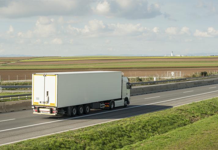 Samochód ciężarowy wtrasie